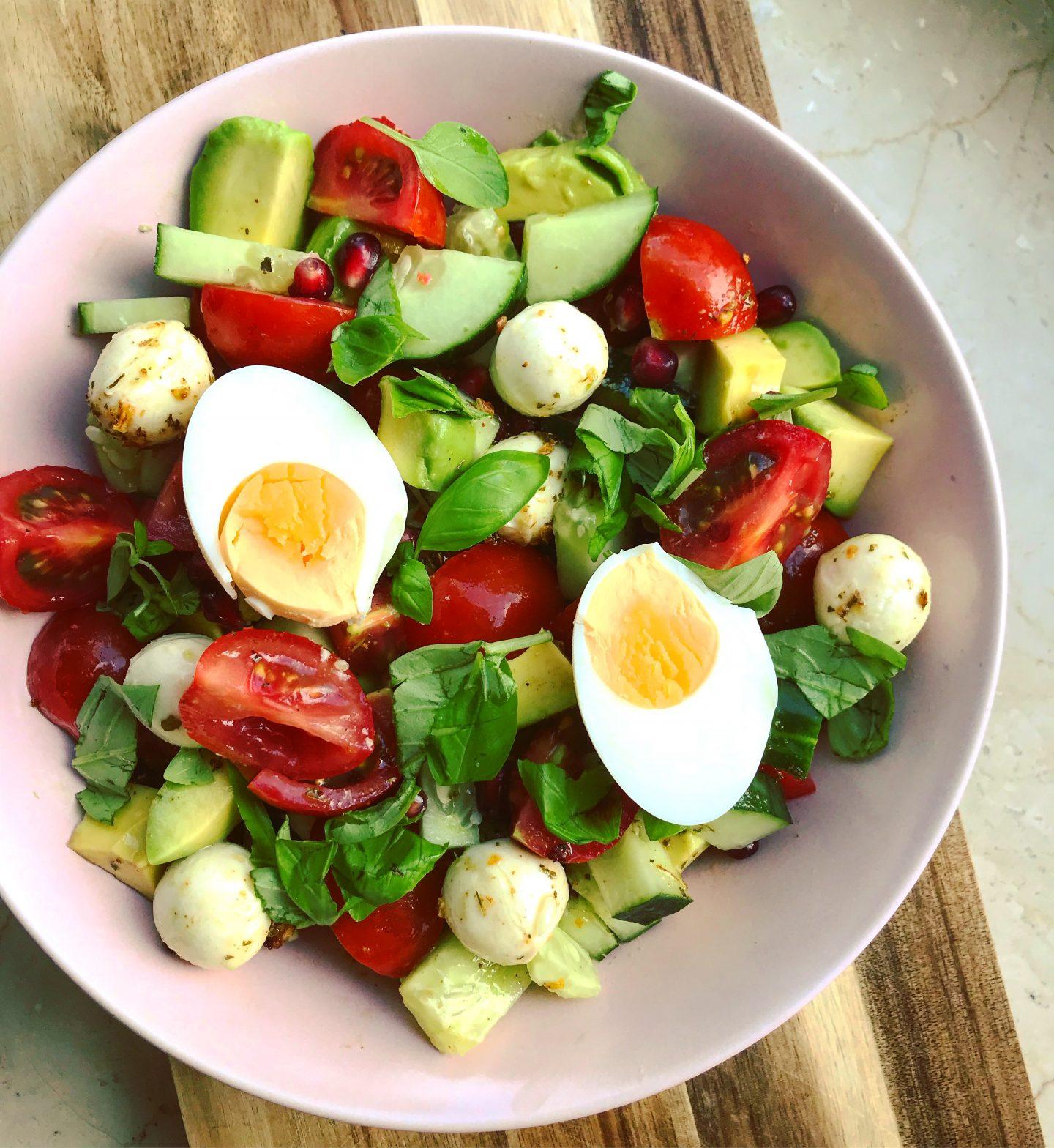Caprese-Avocado Salat mit Granatapfel und Basilikum