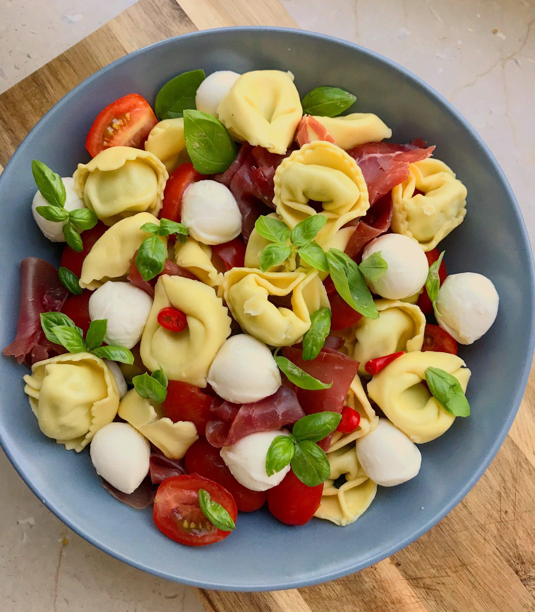 Tortellini-Salat mit Rinderschinken und Mozzarella