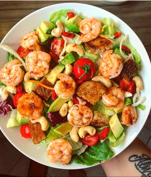 Salatbowl mit Gojibeeren und Garnelen