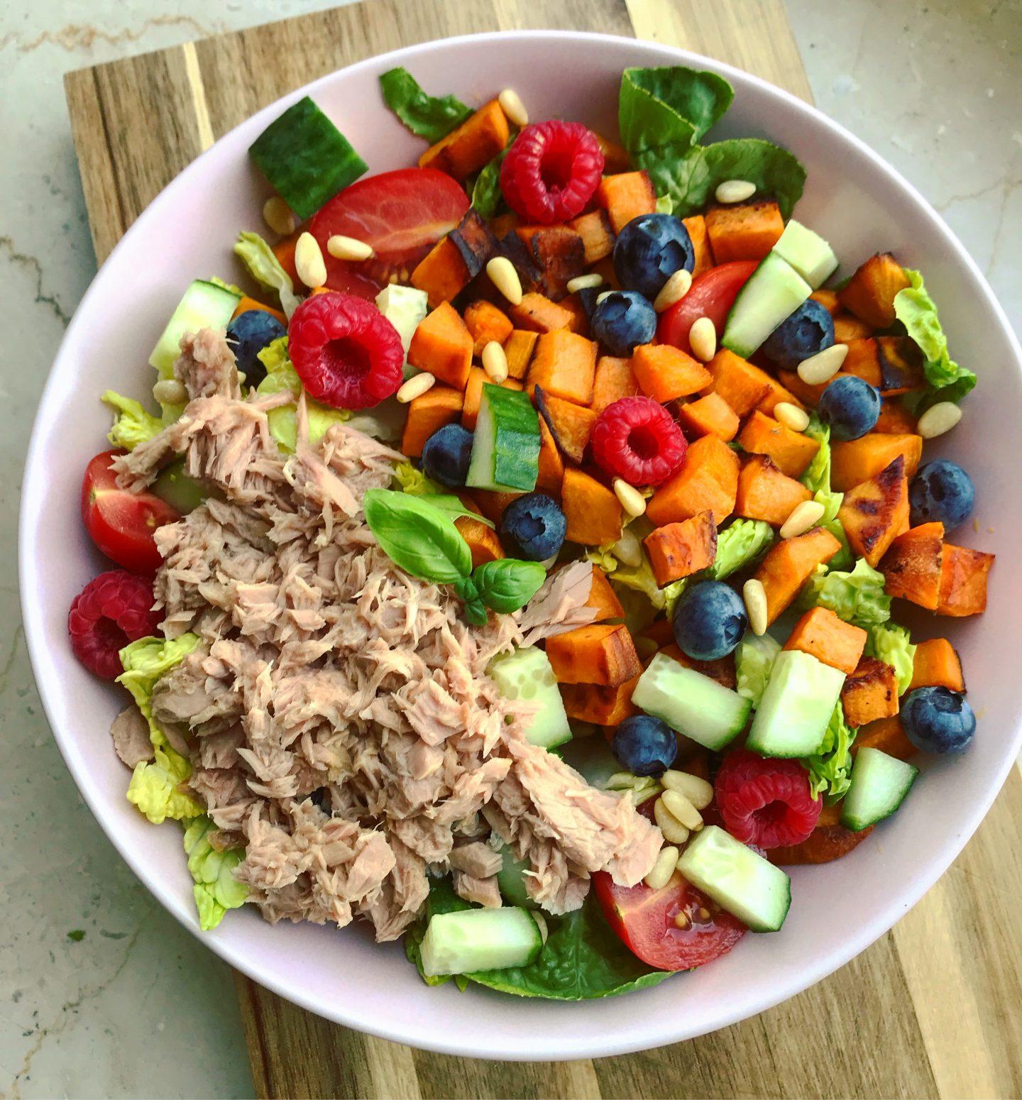 Salad-Bowl mit Süßkartoffeln und Früchten