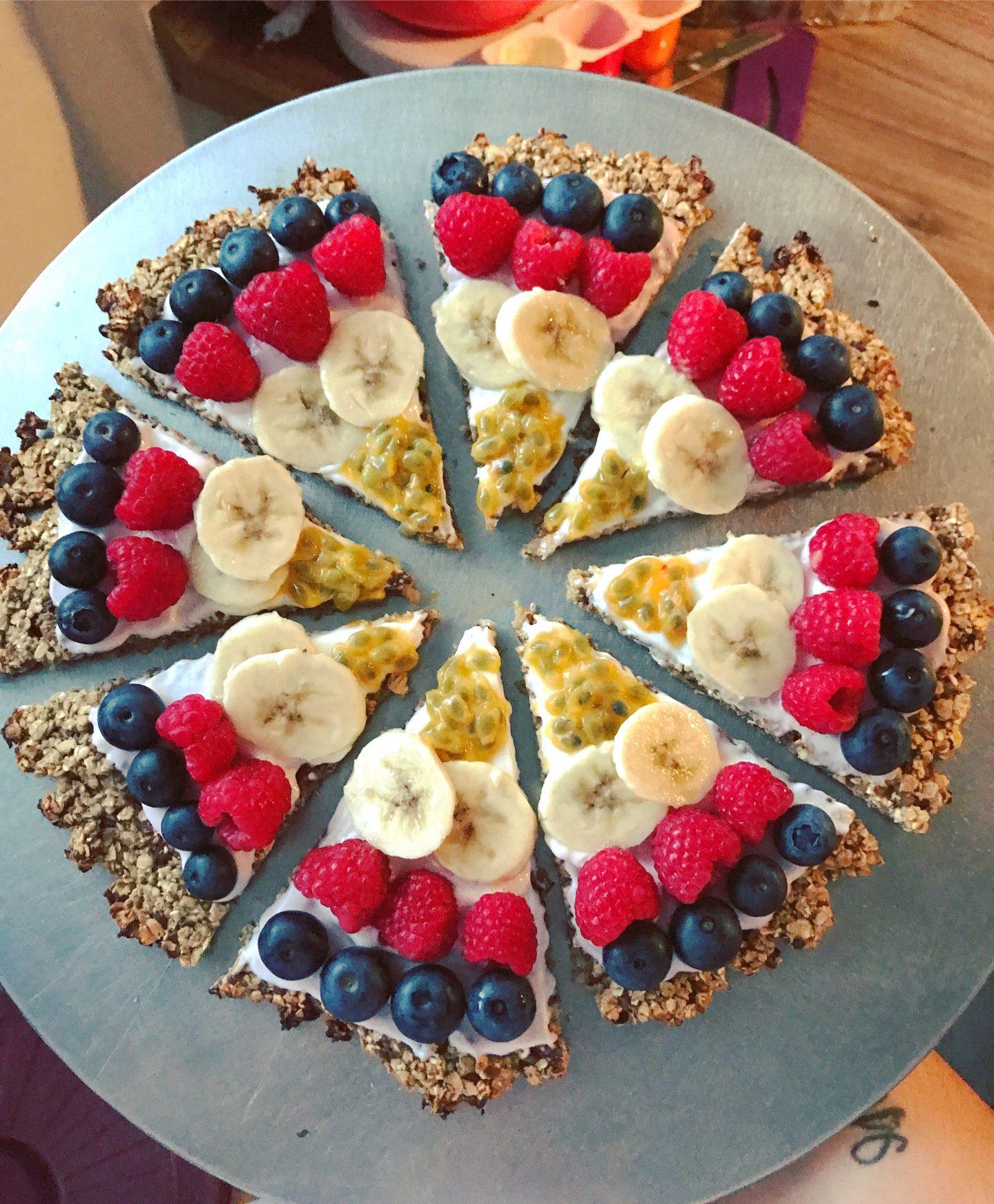 Frühstückspizza mit Haferflocken und Obst