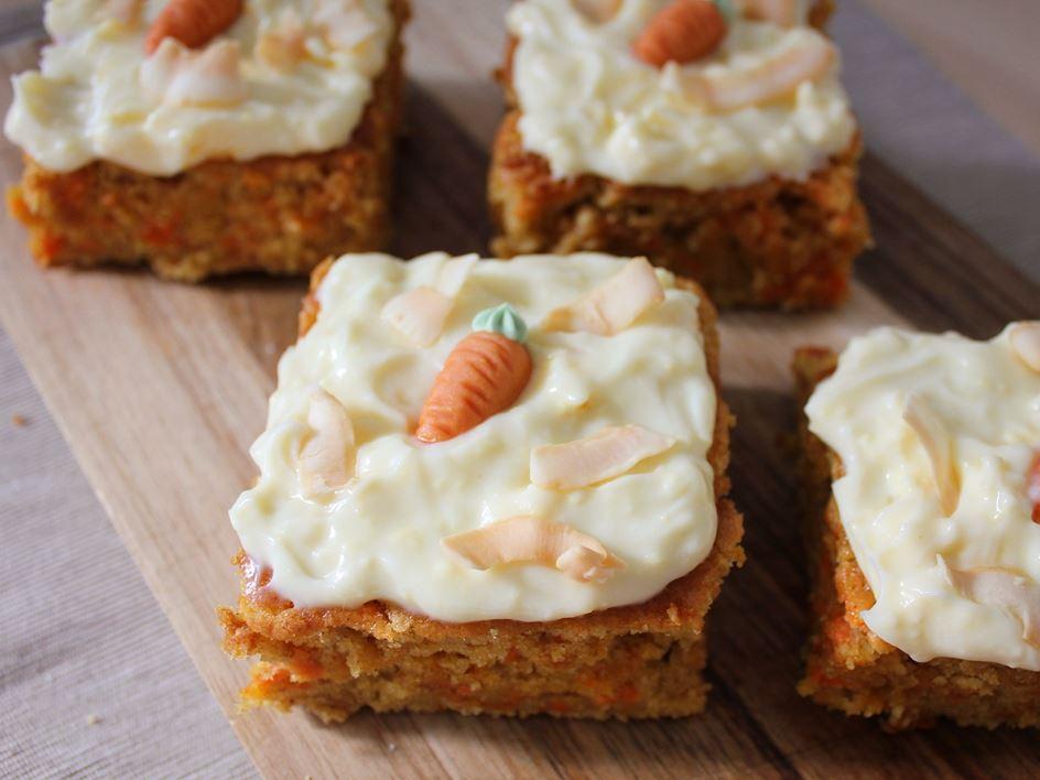 Karottenkuchen mit Kokosblütensirup und Frischkäsefrosting