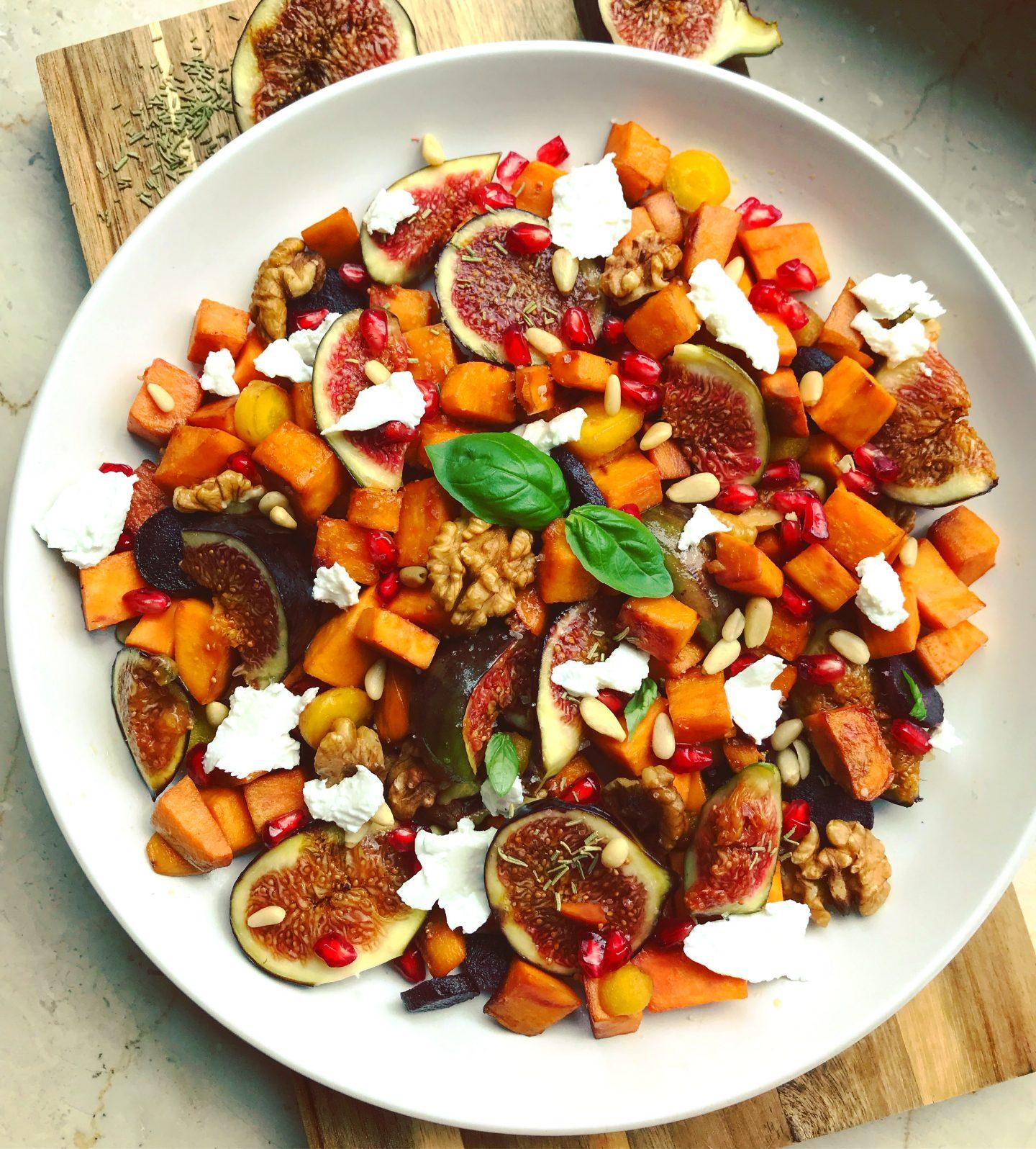 lauwarmer Süßkartoffel-Feigen Salat mit Nüssen und Ziegenkäse