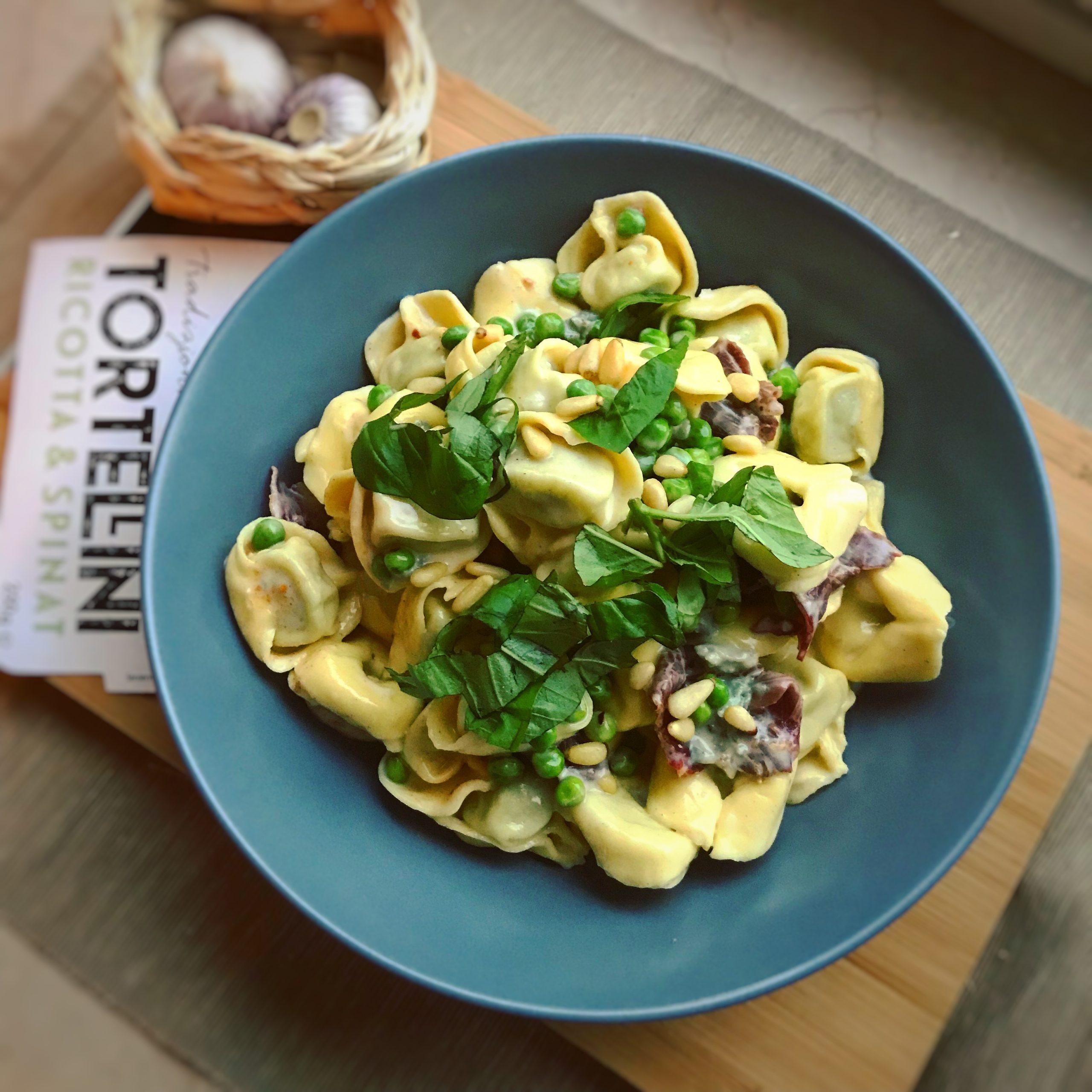 Tortellini mit Gorgonzola-Sahnesauce, Erbsen und Pastrami