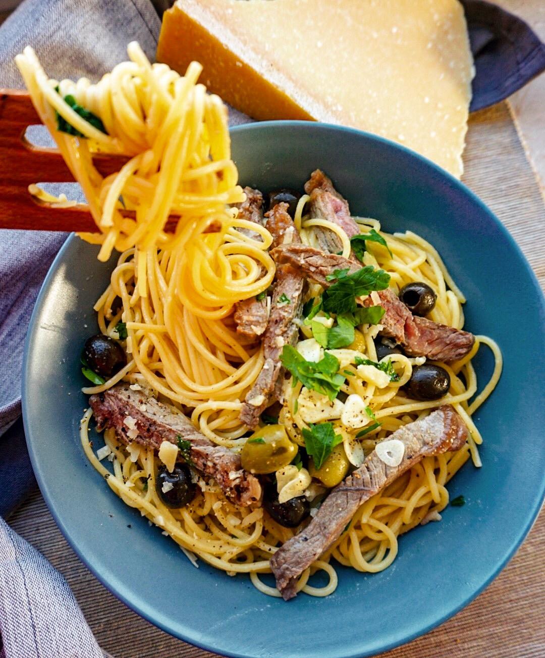 Pasta mit Rinderfilet, Oliven und Parmesan – herrlich mediterran