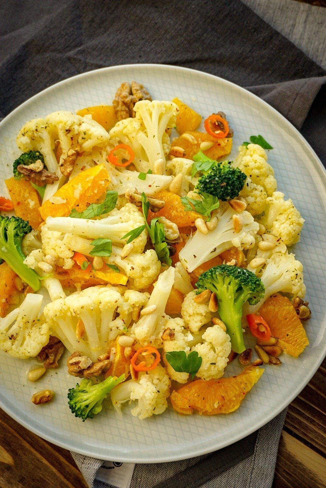 Blumenkohl-Orangen Salat mit Nüssen