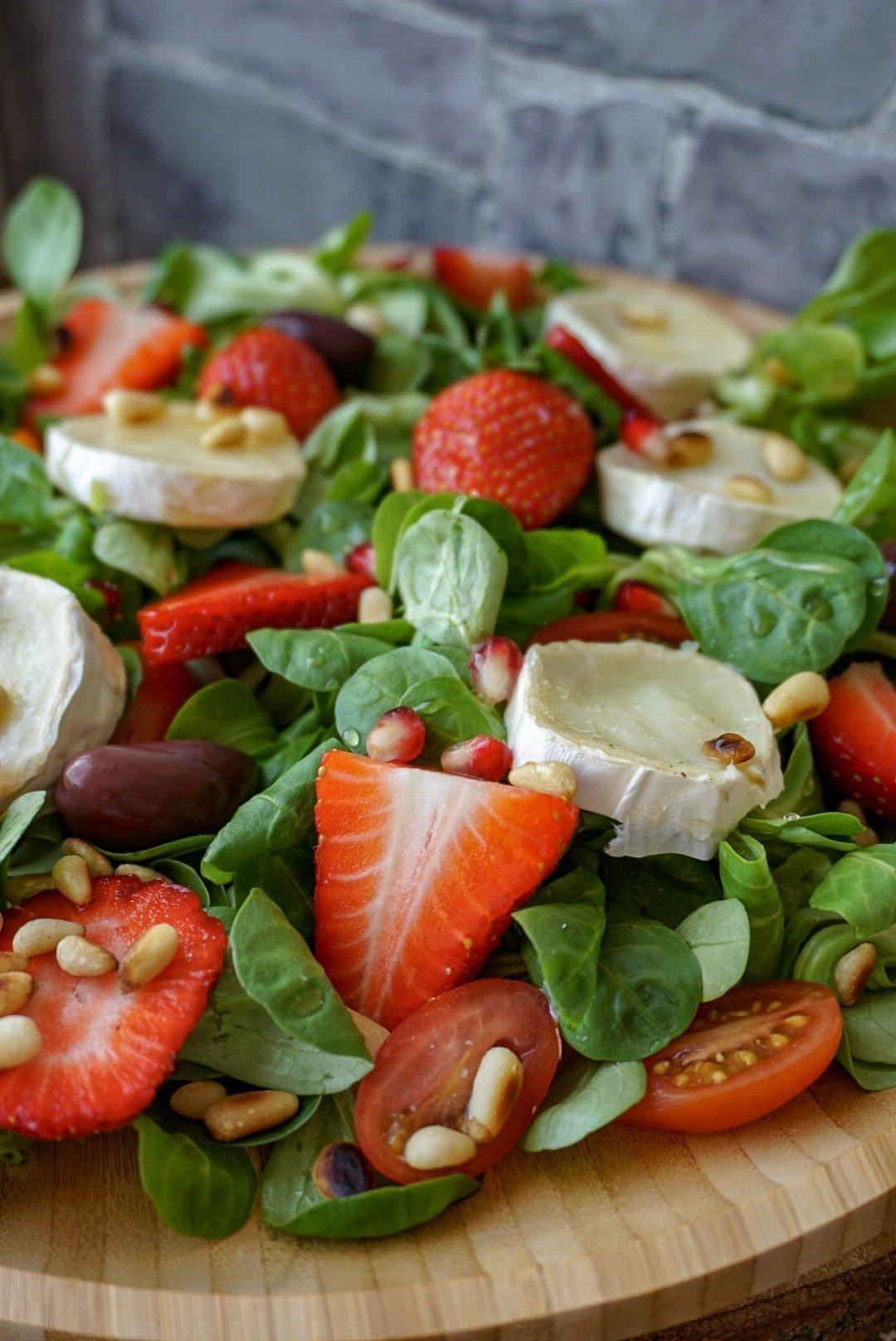 Feldsalat mit Ziegenkäse und Erdbeeren