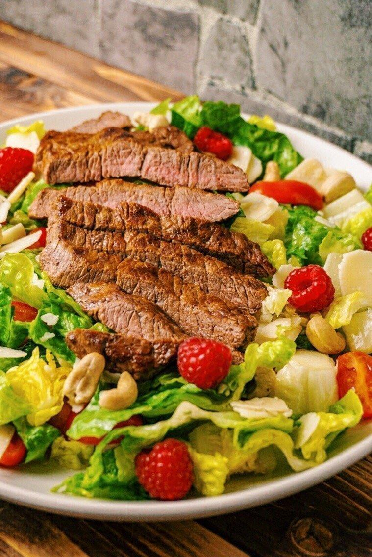 fruchtiger Steak-Salat mit Himbeeren und Nüssen