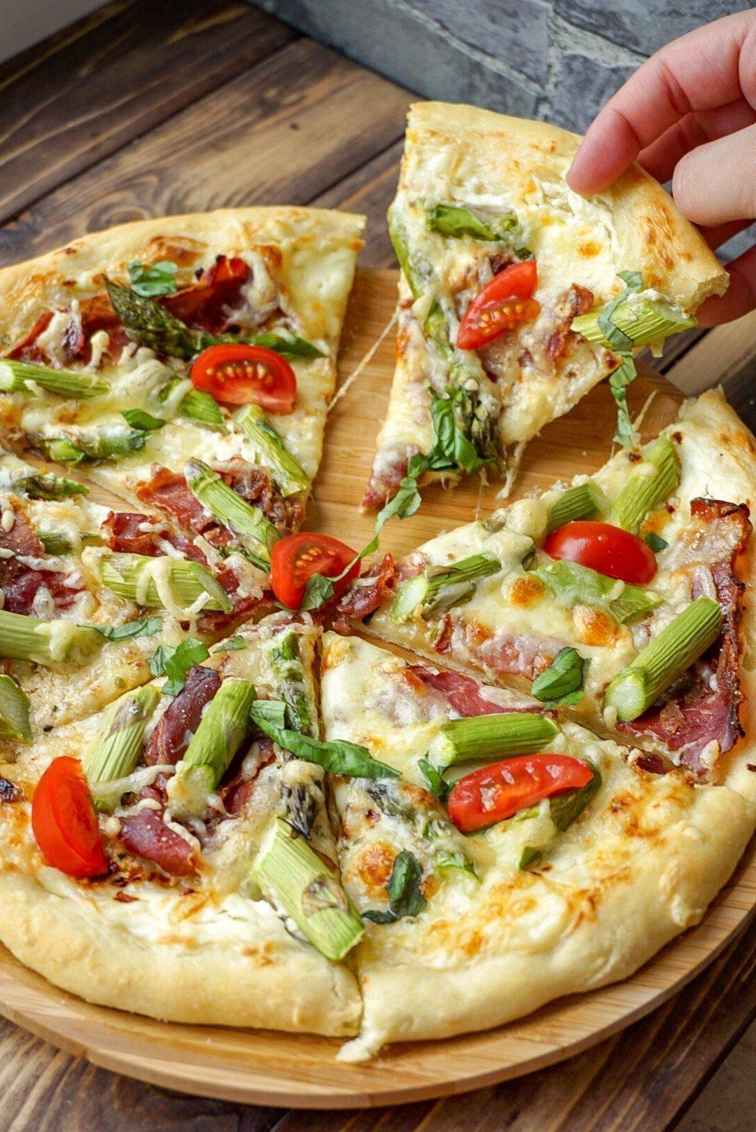 Pizza Bianca mit Spargel und Rinderschinken