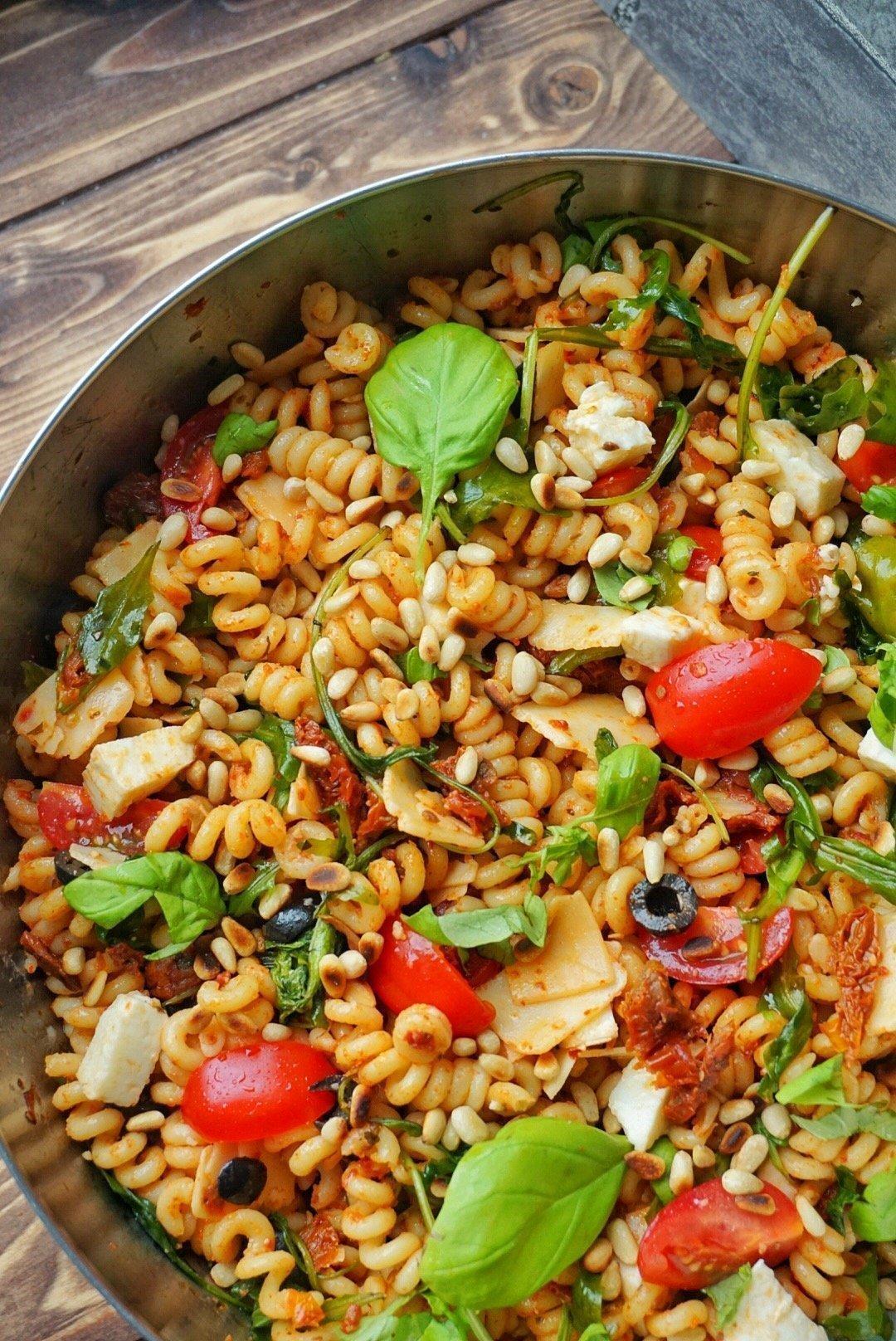 italienischer Nudelsalat mit Rucola und Pinienkernen