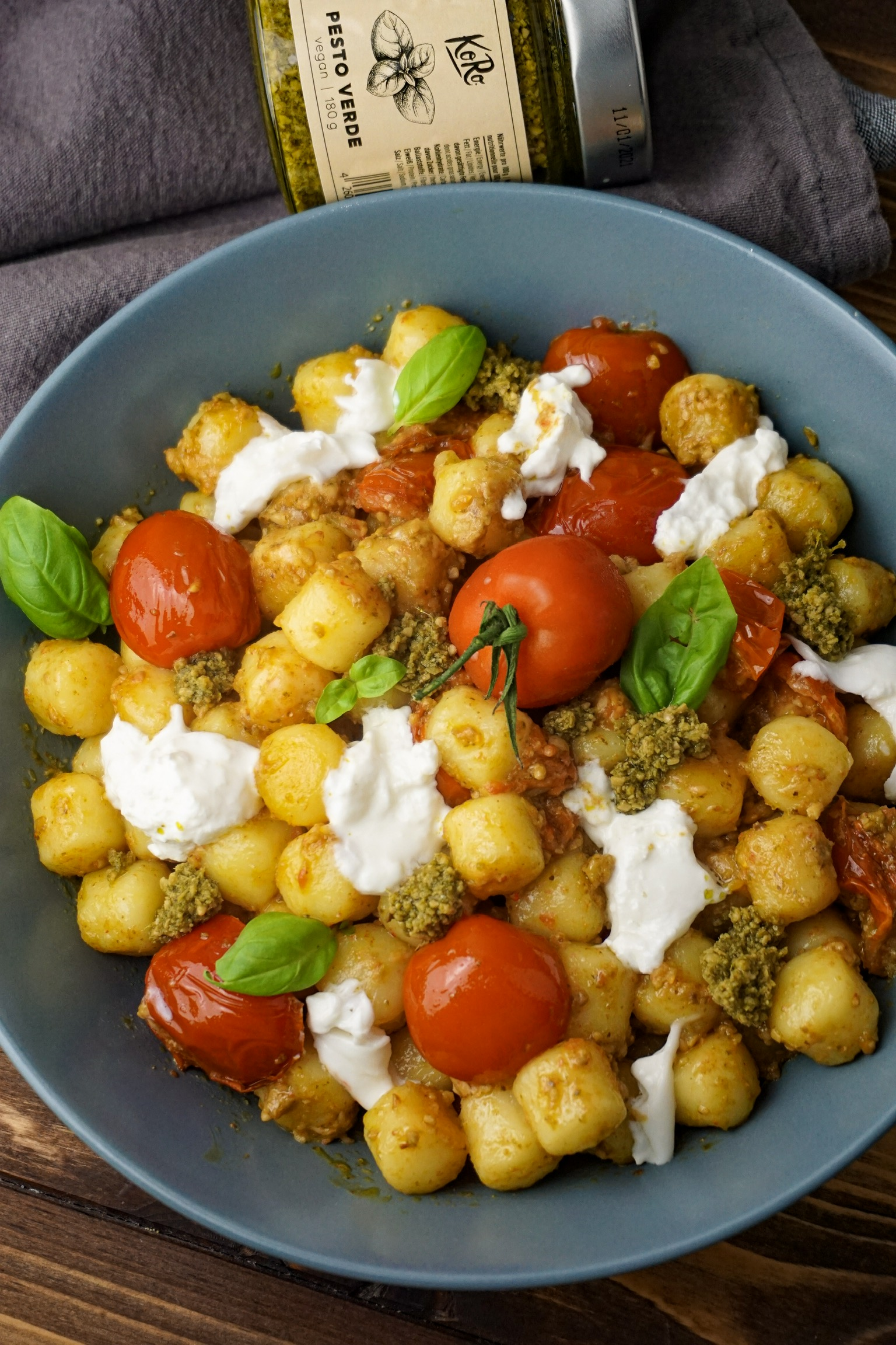 Gnocchipfanne mit Basilikumpesto und Burrata