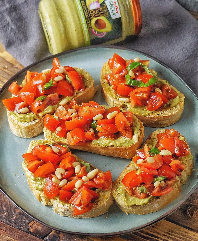 Avocado-Pesto-Bruschetta