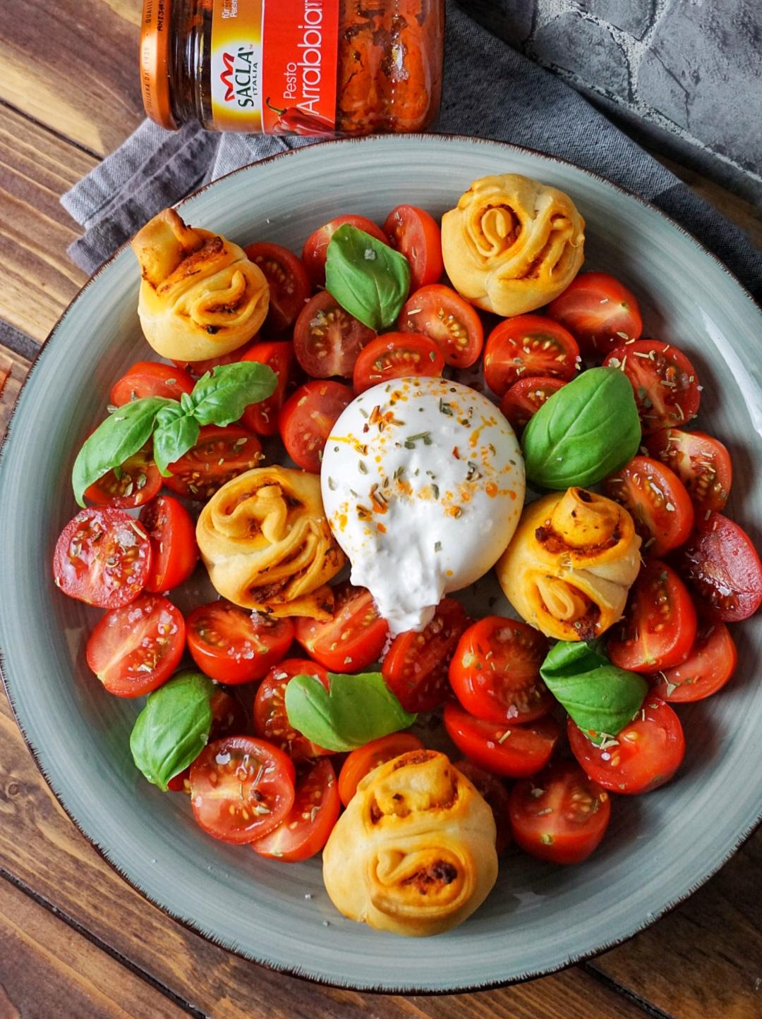 Insalata Caprese mit Pesto-Brötchen